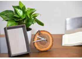 桌面上有闹钟和植物_1170637