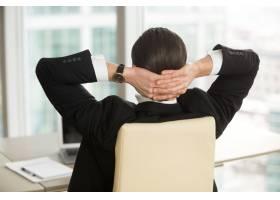 经理在结束办公室工作后休息_4013338