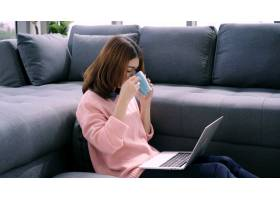 美丽迷人的亚洲女子肖像用电脑或笔记本电_4691902
