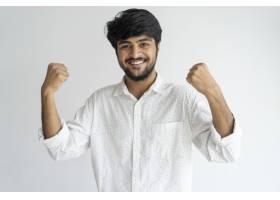 欢快有权势的印度男经理挥舞着拳头看着_2788475