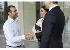 欢快的企业家迎接新的商业伙伴_3077773