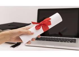 毕业证书和笔记本电脑_11329103
