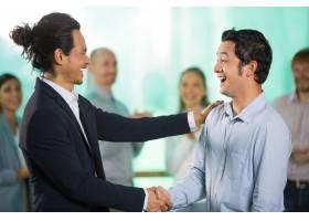 微笑的亚洲商人问候男性合作伙伴_992988