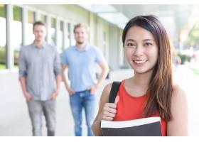 微笑的亚洲女学生肖像和书_1148015