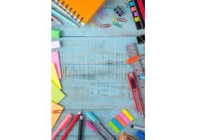 复古木桌上的学习或办公工具_1287510
