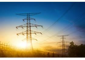 夕阳落在电塔的剪影后面_1242939