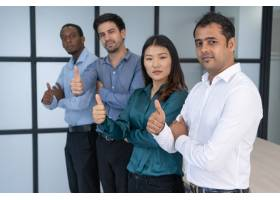 多种族商业团体在会议室摆姿势_2538617