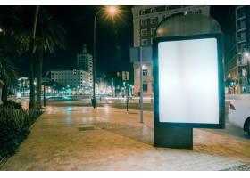 夜间交通灯模糊的人行道上的空白广告_3622910
