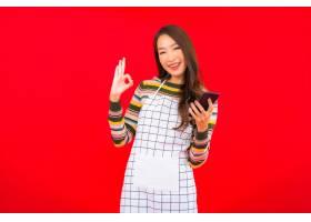 在红色隔离墙上画美丽的亚洲年轻女子穿着带_12045244