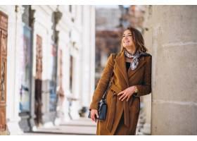 在街上穿着大衣开心的女商人_3653963