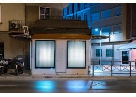 在街道附近的墙上挂着发光的广告牌做广告_3622892