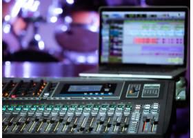 录音棚里的数字混音器有一台电脑用来录制_10107902