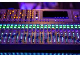 录音棚里的数字调音台使用声音工作创意_9046018