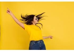 很有灵感地戴着墨镜跳舞黄墙上的高加索女_12837957