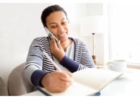 微笑的女经理在电话中与客户交谈_1115796