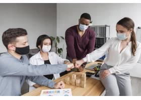 大流行期间办公室里的人开会拳头相撞_10070676