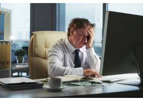 头疼的压力很大的人一大早就在办公室工作_5698956
