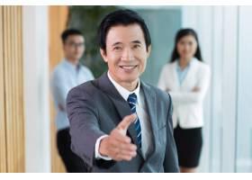 微笑的资深亚洲商人握手_1027275
