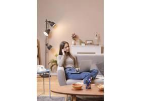 女人坐在沙发上工作的可能性很大_7777555