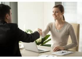 女员工与男客户握手_4013222