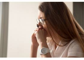 忧心忡忡的女商人专注于工作的肖像_3938707