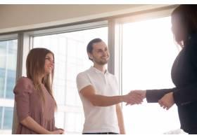 女商人和客户在商务会议上握手问候握手_3938462