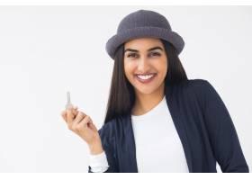 快乐时尚的印度年轻女子展示钥匙_1022688