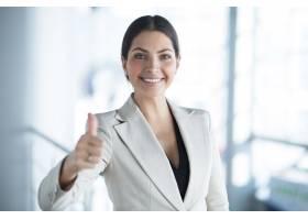快乐的女商人竖起大拇指的特写_1115578