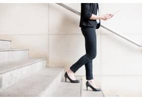 女商人走下楼梯的裁剪视图_1355620