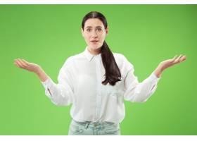 快乐的女商人站着微笑孤立在绿色的工作室_13455896