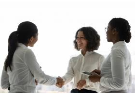 快乐的女性商业伙伴庆祝合同成功_5890349
