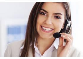 快乐的女性戴着耳机看起来_12652781