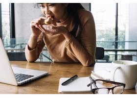 女性在工作场所用餐_1369580