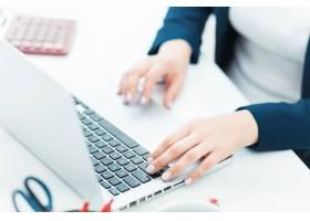 女性手放在笔记本电脑的键盘上_8097326