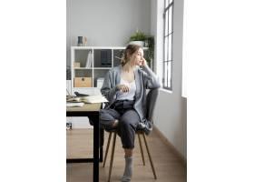 全景拍摄的女人坐在椅子上_12066802