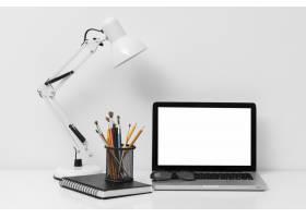 使用笔记本电脑的办公元素的前视布置_10571452