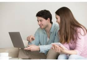 使用笔记本电脑的年轻男女_3955523