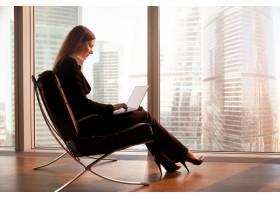 公司女领导在酒店使用笔记本电脑_3955636