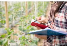 农学家在植物分析中检查农场农民和研究人_4668743