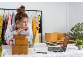 一位女商人在网上工作培训她在家中办公室_7957186