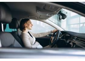 一位美丽的孕妇在车里开车_7435584