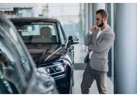 一名商人在汽车展厅选车_10298396