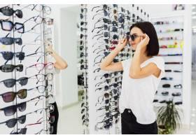 一名女子在商店试戴太阳镜_5381981