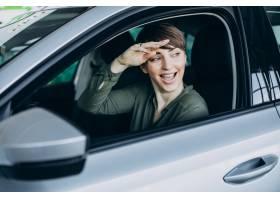 一名年轻女子从车窗往外看_12804142