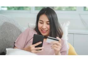 一名微笑的亚洲年轻女子在家中客厅休息时_5820848