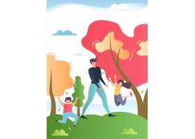 父亲带着快乐的孩子在公园或森林里散步_4838208