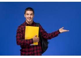 蓝色墙上男学生穿着红色格子衬衫背包里_11138632