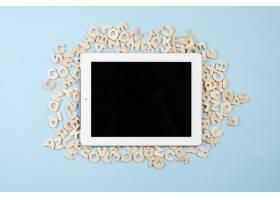 蓝色背景下多个木质字母黑屏数字平板电脑_3735169