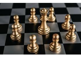 象棋棋盘上的黄金游戏寓意商业领导概念_6170446
