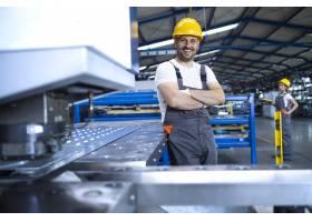 身着防护服戴着安全帽的工厂工人肖像站_11035597